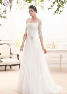 Свадебное кружевное платье с тонким поясом