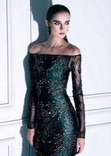 Облегающее вечернее платье с приспущенными плечами