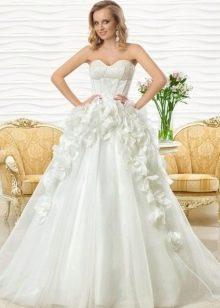 Свадебное платье пышное от Оксаны Мухи с объемными цветами
