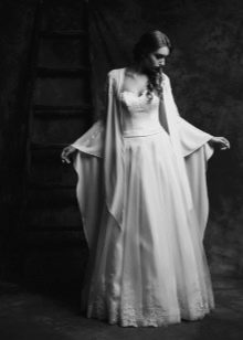 Свадебное платье от Anne-Mariee из коллекции 2015 с накидкой