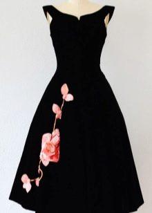 Черное бархатное платье с розой