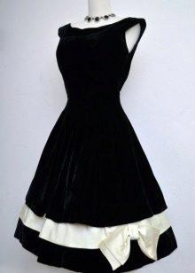 Черное бархатное платье с бантом