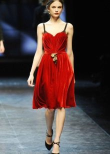 Красное короткое бархатное платье