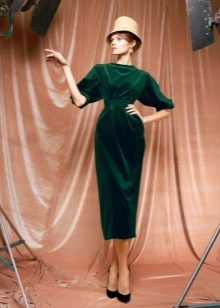 Зеленое бархатное платье миди