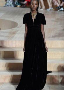 Платье бархатное с глубоким декольте