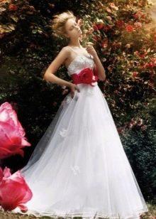 Белое свадебное платье с красным поясом