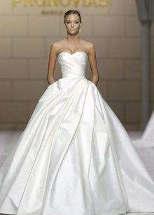 Длинное свадебное платье а-силуэта