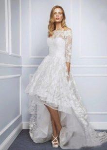 Короткое свадебное платье со шлейфом кружевное