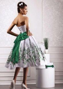 Свадебное платье с зеленым поясом и рисунком