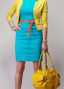 Бирюзовое платье с желтым кардиганом и желтой сумкой