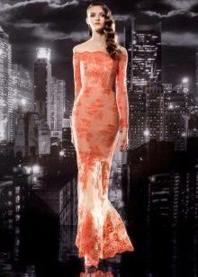 Оранжевое кружевное вечернее платье