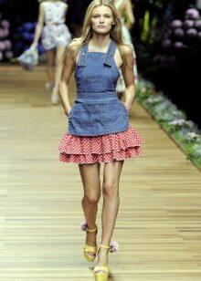Джинсовое платье с розовой юбкой