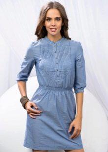 Голубое джинсовое платье сочетается с
