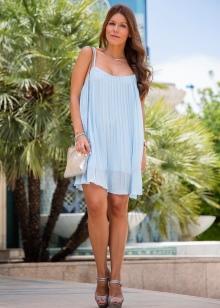 Голубое платье с серыми босоножками