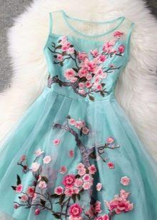Голубое платье с цветочным принтом