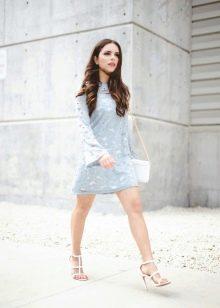 Белая сумочка и босоножки в сочетании с голубым платьем