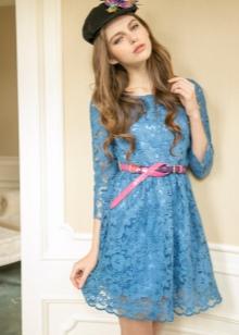 Розовый ремешок к голубому платью