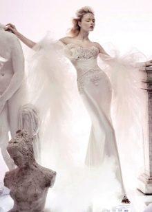 Свадебное платье с объемным декором на груди