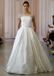 Классическое свадебное платье с жемчугом