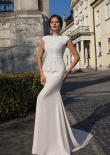 Прямое классическое свадебное платье с баской