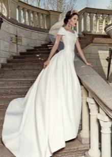 Классическое свадебное платье со шлейфом