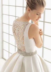 Классическое свадебное платье с иллюзией закрытой спины
