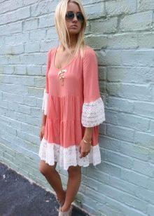Сочетание белого и кораллового в платье