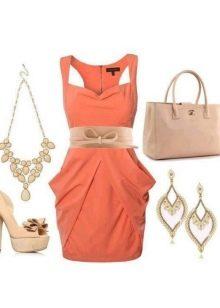 Платье кораллового цвета в сочетание с бежевым