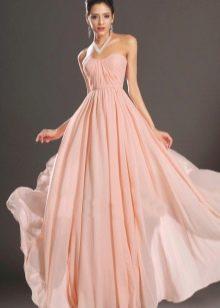 Бледно-персиковое коралловое платье