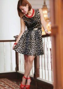 Аксессуары красного цвета к леопардовому платью