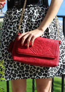 Красный маникюр к леопардовому платью