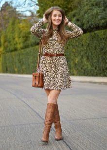 Коричневые сапоги и аксессуары к леопардовому платью