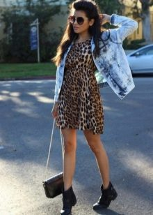 Джинсовая куртка и черные ботинки к леопардовому платью