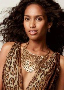 Леопардовое платье и украшения из золота к нему