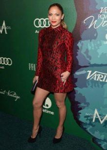 Бордовое платье с леопардовым принтом Дженифер Лопес