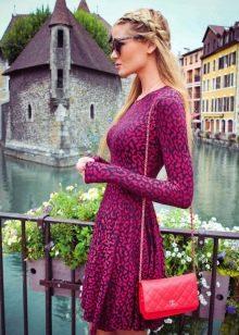 Розовое платье с леопардовым принтом