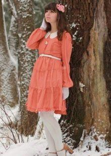 Оранжевое платье с белым цветом
