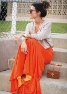 Оранжевое платье в сочетание с серым цветом