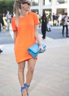 Оранжевое платье в сочетание с синим