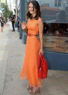 Оранжевое платье максимальной длины