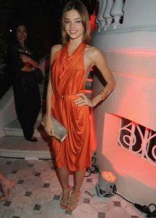 Оранжевое платье средней длины