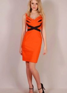 Оранжевое платье в сочетание с черным цветом