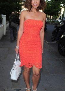 Оранжевое платье длинны миди