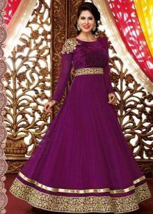 Золотистый цвет на баклажановом платье