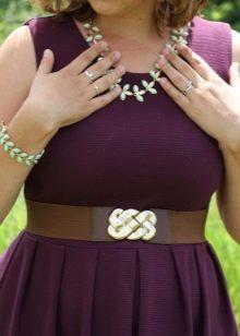 Баклажановое платье с аксессуарами мятного цвета