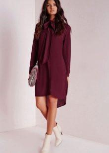 Баклажановое платье в сочетание со светлыми ботинками