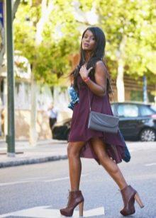 Шифоновое платье цвета баклажан с коричневыми ботинками