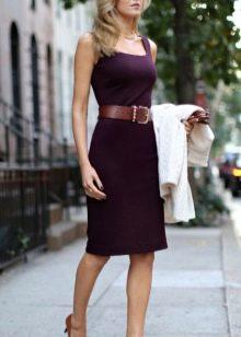 Платье цвета баклажан с коричневым ремнем и туфельками