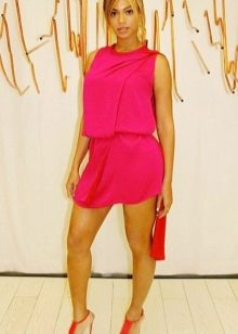 Короткое шифоновое платье цвета фуксии