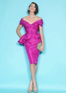Брюнетка в платье цвета фуксии